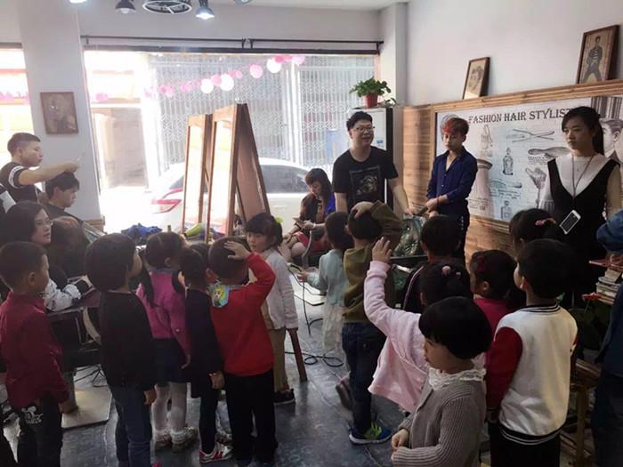 白门社区:组织辖区内幼儿园小朋友参观理发店