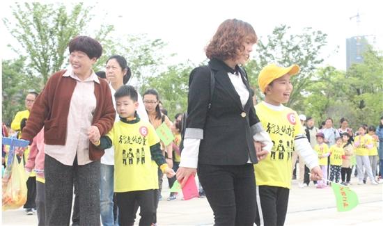 大型徒步公益活动在市区举行
