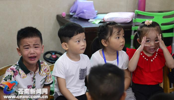 """9月6日,是我县各校正式上课的第一天。   昨天,记者走访了龙港、桥墩等地的幼儿园,记录了幼儿园开学第一天,小朋友们第一次全天离开爸妈,第一次与老师、同学相处……   上午8点许,幼儿园里陆续来了小朋友,老生们对幼儿园的环境熟悉了,没有不良反应,可是对全县一万多名新入园幼儿,今天是他们第一天走进幼儿园,带着好奇,带着羞涩,带着胆怯,跨出了人生的新一步!""""哭闹大战""""在所难免。龙港镇某幼儿园园长李靖将哭闹的入园新生归纳为六种:不停哭泣型、先哭型、默默"""
