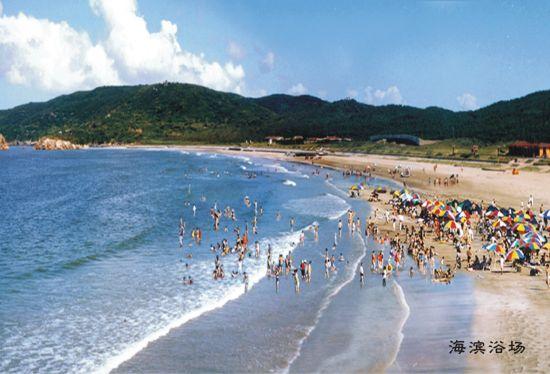 岸滩金沙细净,整个海滩溶绿洲,沙滩,岸礁,小岛,砾石礁,海湾于一体.