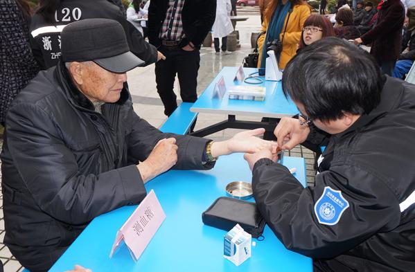 福利关怀_榕江县举行人口福利生育关怀基金捐赠及发放