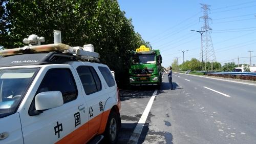"""桐乡:公路部门严厉打击""""抛洒滴漏""""污染路面行为"""