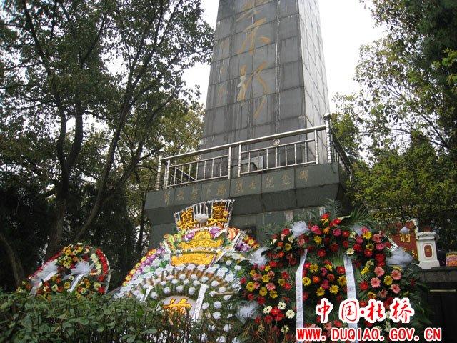 杜桥行政执法大队到凤凰山烈士陵园进行祭扫
