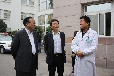 (上图:台州市委副书记肖培生向临海市第一人民医院