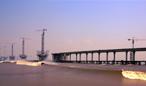 建設中的嘉紹跨江大(da)橋
