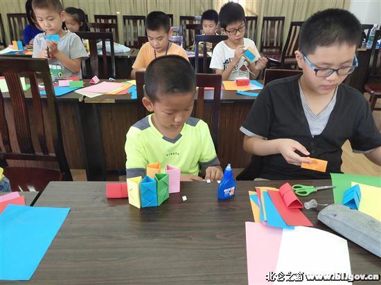 8月6日上午,芦南社区假日学校邀请柴桥幼儿园张萱萱老师为学生们