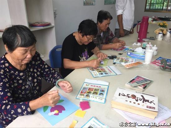 近日,陈华浦社区巧妈益智手工坊开展第二期手工活动,进行了手工贴画制作。   在巧妈们的指导下,老年人们互相协作,先将彩纸撕成条,搓成线,随后在白纸上相应的部位贴上双面胶,聚精会神地拼接、黏贴,望着普通的彩纸在自己手中变成了美丽别致的贴画,老人们都觉得十分有趣。   目前,为方便巧妈益智手工坊开展活动,特在文化礼堂设立了固定的活动点,邀请各片区的老年人前来参加各类益智的手工活动,达到益智健脑、预防失智症的目的。