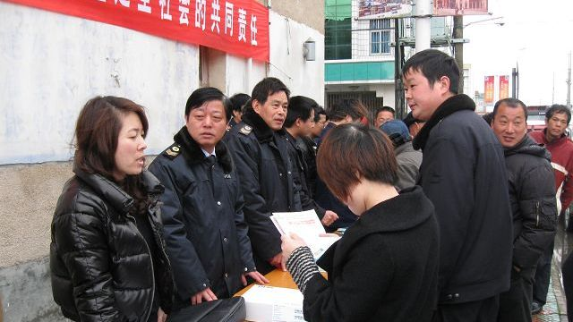 小港中心街区,卫生执法人员耐心讲解《食品安全法》法律知识,
