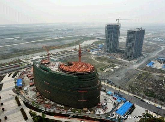 副楼5层,总建筑面积33330平方,其中地下室8424平方,是继梅山行政商务