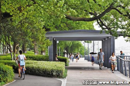 昨天下午,市民在姚江边的休闲带上散步.记者龚国荣摄