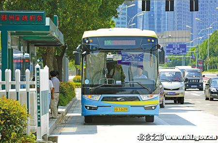据了解,超级电容储能式现代电车不需要架设空中供电网,只需在公交