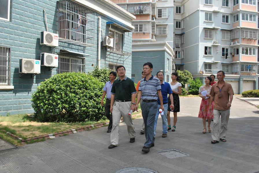 街道办事处主任胡敏波的陪同下来到黄鹂社区调研指导