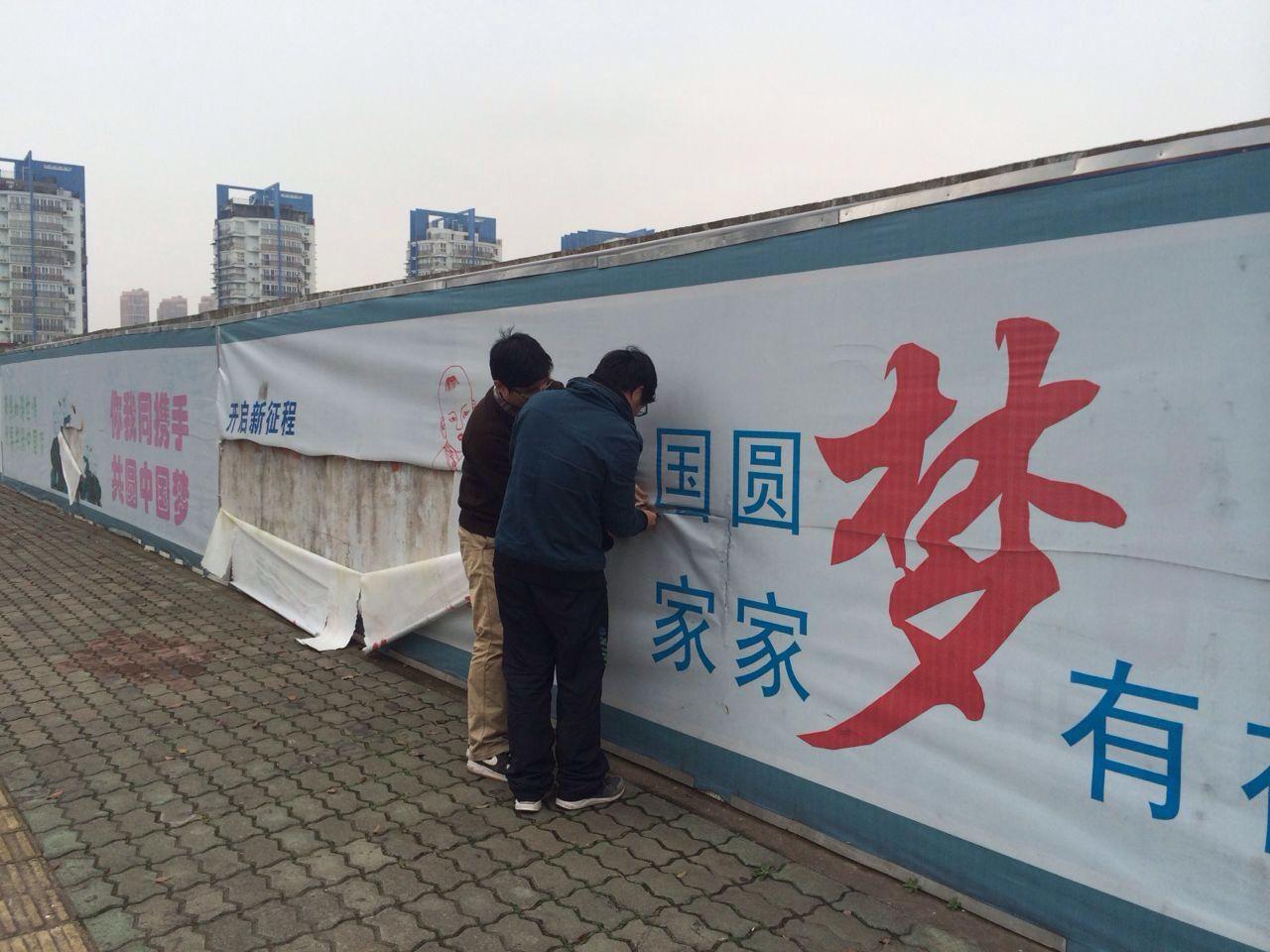 """据悉,为营造中国梦氛围,北仑利用闲置墙壁、工地围挡绘制文化墙。内容涉及""""中国梦""""、忠孝勤俭、礼义廉耻等中华传统文化内容,以图文并茂、通俗易懂的方式普及文明行为规范,给市民传达正能量,引导市民远离身边不文明行为,自觉维护市容环境,做城市的文明人。"""