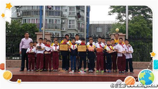 2015宁波市第四届青少年校园足球联赛小学男子组比赛,近日在市体育中心笼式五人制足球场落幕。此次比赛共有来自全市38所足球定点学校的78支队伍参赛。长江小学获得男子甲组二等奖,男子乙组一等奖的好成绩。    在比赛过程中,运动员们在自己所喜爱的空间里自由发挥,在自己的天地中亮翅,充分展示了优秀的团队合作意识和顽强的拼搏精神。在带队老师和队员的努力拼搏下,该校获得男子甲组二等奖,男子乙组一等奖的好成绩。学校对全体队员进行了表彰和颁奖。   这次市级校园足球比赛,不但丰富了学生 的校园体育生活,提高了队员