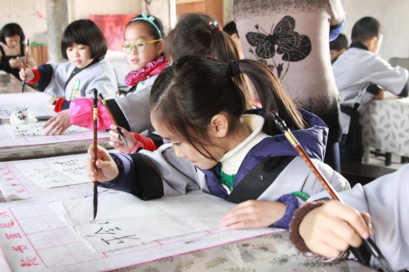 中午在品尝完慈城美食后,小书童们分组参加了传统竞技游戏—&图片
