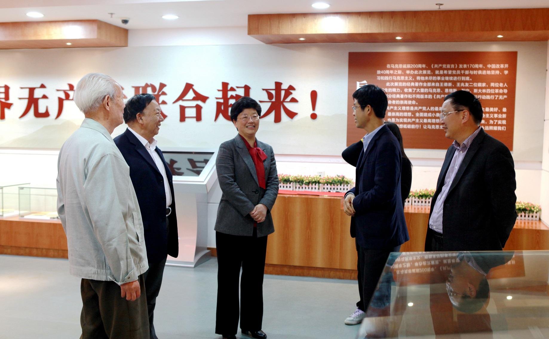 """4月16日上午,中共台州市委常委,宣传部长叶海燕参观""""红色经典著作展览"""