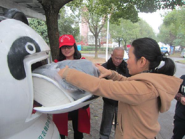 在世界志愿者日来临之际,东兴社区居委会在12月2日上午组织大学生志愿者、巾帼志愿者和党员志愿者联合开展志愿服务活动。   虽然最近宁波的天气都是阴雨蒙蒙,但志愿者服务的热情依旧不减。大学生志愿者们早早的来到了小区,在小区老年活动室门口为居民免费量血压、按摩保健;巾帼志愿者们在新安装的大熊猫旧衣回收桶旁引导居民前来捐献衣服,并向过往的行人分发旧衣回收倡议书,鼓励居民捐赠旧衣;党员志愿者们背着扫把,提着水桶,在小区楼道打扫卫生、擦窗户。大家希望通过点滴让更多的人认识志愿者,了解我们的爱心活动,共同携手