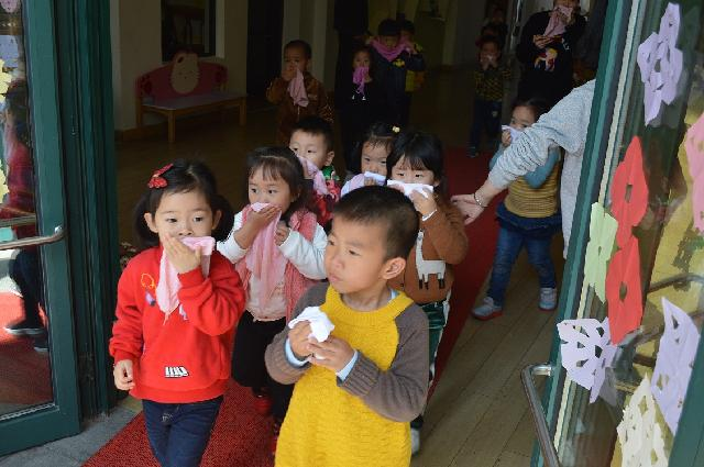 东胜街道樱花社区:李惠利樱花幼儿园开展消防应急疏散演练活动