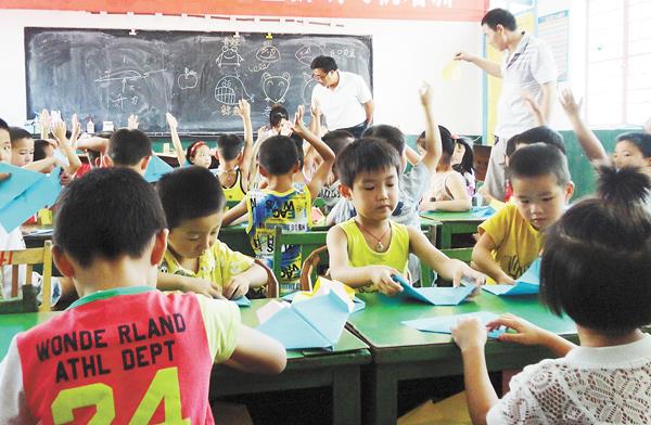 讲解和亲自动手操作,小朋友们学习了折纸飞机的方法