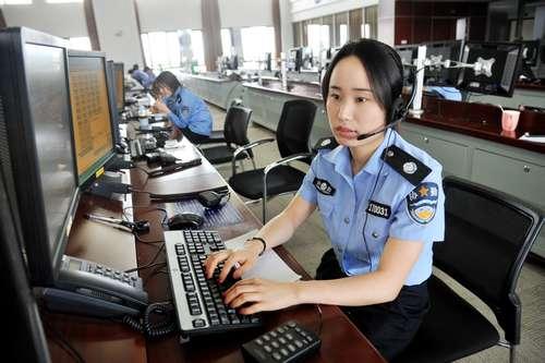 市公安局110指挥中心将全体31名接线员分成三组每组10人,以每3