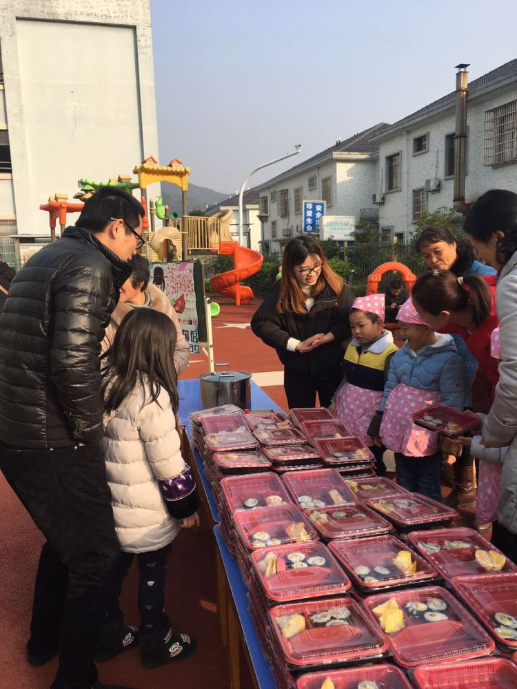 大隐镇第二幼儿园举行新年义卖活动