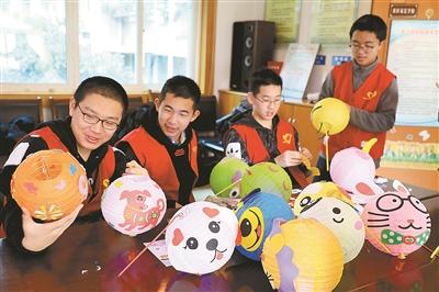 学生们也和家庭志愿者们一起进行动物造型灯笼的diy(手工制作),大家图片