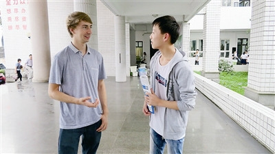 美国外教eli与学生交流.