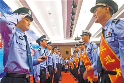 市公安局举行首届民警荣休暨新警入警受衔仪式