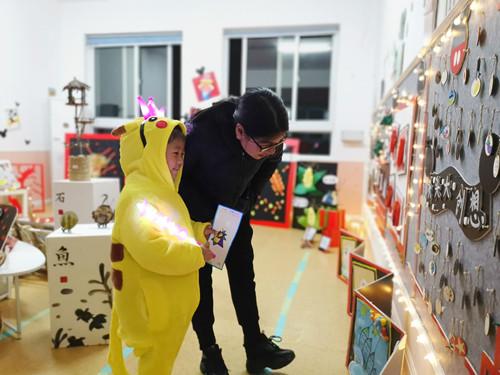"""教育三幼以""""玩?美+ 动漫SHOW""""为主题的第二届美术节闭幕式暨迎新活动 亲子参观展馆.JPG"""