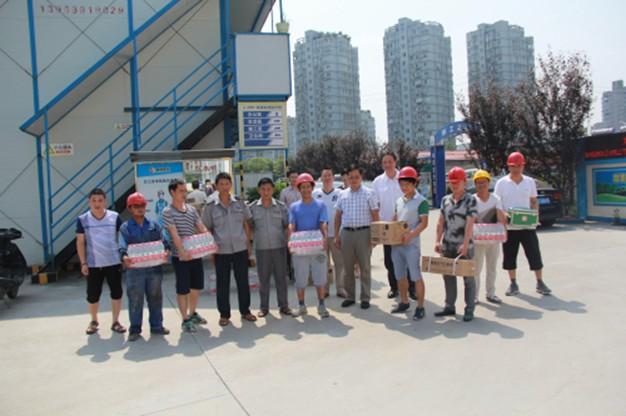 俞银通高温送关怀慰问温二十七中 大学城附校工程建设者