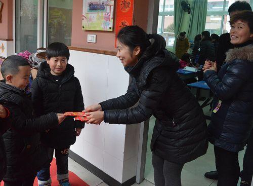 """温州私立第一实验学校开学第一课""""让红包飞"""""""