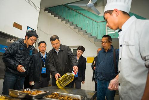 <b>张志宏一行赴市区学校检查指导创卫工作</b>