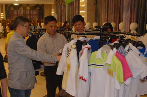 15家企业提供262款样品 我市2014年统一学生服装展示会成功举办