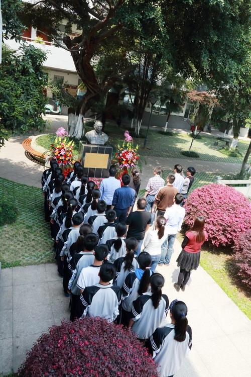 温四中90周岁生日将到 师生与创办者之孙铜像前祭拜追思